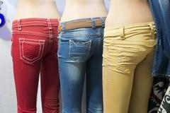 De kleurrijke Jeans van de Manier in de Vertoning van de Opslag Stock Foto
