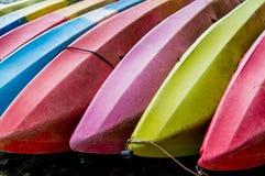 De kleurrijke kajak legt op het strand Royalty-vrije Stock Foto's