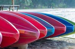 De kleurrijke kajak legt op het strand Stock Afbeeldingen