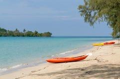De kleurrijke kajak legt op strand Stock Fotografie