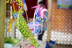 De Kleurrijke Kaketoe wacht Stock Afbeelding