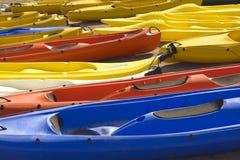 De kleurrijke kano's liggen in twee rijen Stock Foto's