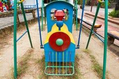 De kleurrijke kinderen leiden in speelplaats op Speelgoed voor illustratie children Stock Afbeelding