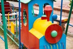 De kleurrijke kinderen leiden in speelplaats op Speelgoed voor illustratie children Stock Foto's