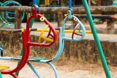 De kleurrijke kinderen slingeren in speelplaats Speelgoed voor illustratie children Stock Foto's