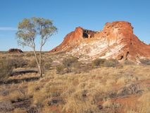 De kleurrijke klippen en de rotsachtige dagzomende aardlagen bij Regenboogvallei Royalty-vrije Stock Afbeeldingen