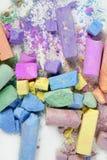 De kleurrijke krijt gebroken kleuren knoeien over wit Stock Afbeelding