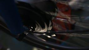 De kleurrijke lichten die bij het spinnen van fietswiel opvlammen, tentoonstelling van fiets stemmen stock footage