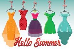 De kleurrijke manier gekleurde kleding hangt op lint Hello-de zomer! Stock Foto