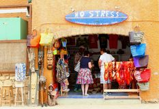 De kleurrijke mensen die van de herinneringswinkel handtassen, Kaapverdië kleden Stock Afbeelding