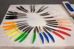 De kleurrijke messen op vertoning bij HOMI, internationaal huis tonen in Milaan, Italië Stock Foto