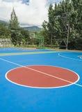De kleurrijke nieuwe Openluchtvloer van het basketbalhof royalty-vrije stock foto