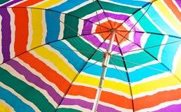 De kleurrijke Paraplu van het Strand Royalty-vrije Stock Afbeeldingen