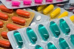 De de kleurrijke pillen en tabletten van gelatinecapsules in blaarpak Royalty-vrije Stock Foto's
