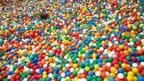 De kleurrijke plastic speelplaats van ballenkinderen stock afbeelding