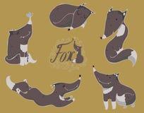 De kleurrijke reeks hand getrokken leuke zwarte of grijze vossen in verschillend stelt Royalty-vrije Stock Afbeeldingen