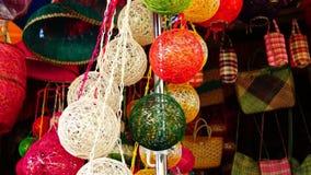 De kleurrijke reusachtige die Kerstmisballen van abaca vezel worden gemaakt hingen in een opslagvoorzijde stock footage