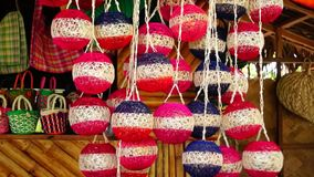De kleurrijke reusachtige die Kerstmisballen van abaca vezel worden gemaakt hingen in een opslagvoorzijde stock video