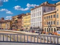 De kleurrijke rivieroever van Rivier Arno in de stad van Pisa - PISA ITALIË - 13 SEPTEMBER, 2017 Royalty-vrije Stock Afbeeldingen