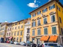 De kleurrijke rivieroever van Rivier Arno in de stad van Pisa - PISA ITALIË - 13 SEPTEMBER, 2017 Stock Fotografie