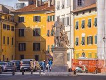 De kleurrijke rivieroever van Rivier Arno in de stad van Pisa - PISA ITALIË - 13 SEPTEMBER, 2017 Stock Afbeeldingen