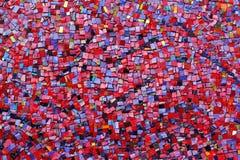 De kleurrijke rode, roze, gele, en purpere tegels van het steenmozaïek op de muur royalty-vrije stock foto's