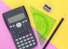 De kleurrijke roze en gele bureauvlakte legt met calculator stock foto