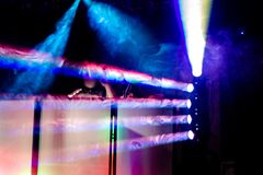 De de kleurrijke schijnwerpers en rook van de discopartij bij de post van DJ Royalty-vrije Stock Foto