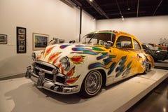 De kleurrijke sedan van Chevrolet van 1950 lowrider langs genoemd Onze Familieauto Stock Foto