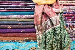De de kleurrijke sjaals of sjaals van zijdepashmina voor verkoop royalty-vrije stock foto