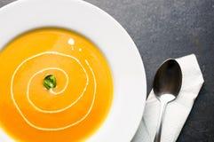 De kleurrijke soep van de butternutpompoen Stock Fotografie