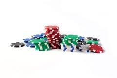 De kleurrijke spaanders van het casino die op wit worden geïsoleerd Royalty-vrije Stock Foto