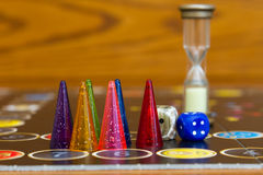 De kleurrijke spelcijfers met dobbelen aan boord Royalty-vrije Stock Fotografie