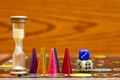 De kleurrijke spelcijfers met dobbelen aan boord Royalty-vrije Stock Foto's