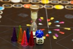 De kleurrijke spelcijfers met dobbelen aan boord Royalty-vrije Stock Afbeelding
