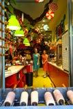 De kleurrijke sprookjes als thema hebben opslagdecoratie van zoete suikergoedwinkel met mooie jonge dameverkopers in roze en blau Stock Fotografie