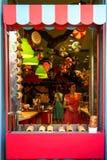 De kleurrijke sprookjes als thema hebben shopfront decoratie van zoete suikergoedwinkel met mooie jonge dameverkopers in roze en  Royalty-vrije Stock Foto's