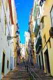 De Kleurrijke Steeg van Lissabon, Typische Oldtown-Woonwijk, Openlucht Steile Treden stock afbeelding
