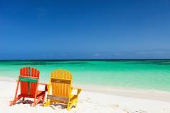 De kleurrijke stoelen van de adirondackzitkamer bij Caraïbisch strand Stock Foto's