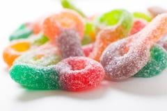 De kleurrijke suiker bedekte taai kleverig suikergoed op witte achtergrond met een laag royalty-vrije stock afbeeldingen