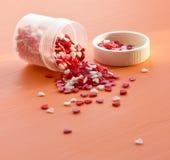 De kleurrijke suiker bestrooit op een houten lijst Stock Foto's
