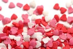 De kleurrijke suiker bestrooit verspreid op witte achtergrond Royalty-vrije Stock Afbeeldingen