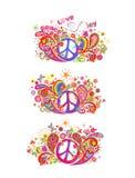 De kleurrijke t-shirt drukt inzameling met het symbool van de hippievrede, die duif met olijftak vliegen, abstracte bloemen, padd Stock Foto's