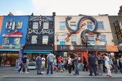 De kleurrijke verfraaide winkels van Camden Town met mensen in Londen Stock Foto