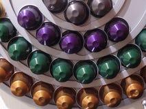De kleurrijke vertoning van de espressocapsule stock foto