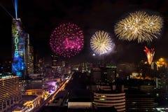 De kleurrijke Viering van Vuurwerknieuwjaren in Cityscape van Bangkok, Stock Afbeelding