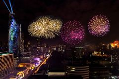De kleurrijke Viering van Vuurwerknieuwjaren in Cityscape van Bangkok Royalty-vrije Stock Afbeelding