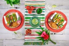 De kleurrijke voedselvlakte legt met taco's en margaritas royalty-vrije stock fotografie