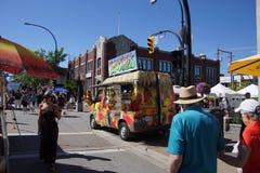 De kleurrijke voedselvrachtwagens dienen smakelijke snacks Royalty-vrije Stock Afbeeldingen