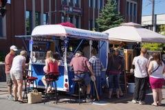 De kleurrijke voedselvrachtwagens dienen smakelijke snacks Stock Fotografie